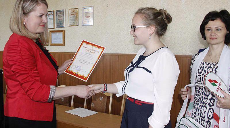 Екатерина РОЖДАЕВА (слева) наградила победителей, в числе которых оказалась Алина ЮРИНСКАЯ.