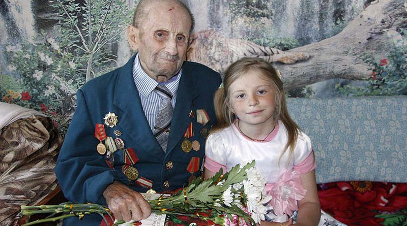 Два поколения. Василий ШЕНЕЦ подарил правнучке Маше мирное детство.