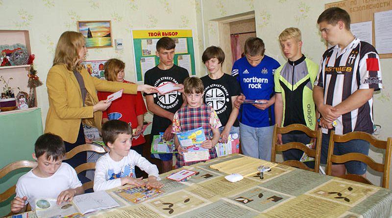 Татьяна ОНУФРИЮК  вручила ребятам из Городецкой вспомогательной школы-интерната подарки от неравнодушных рогачёвцев.