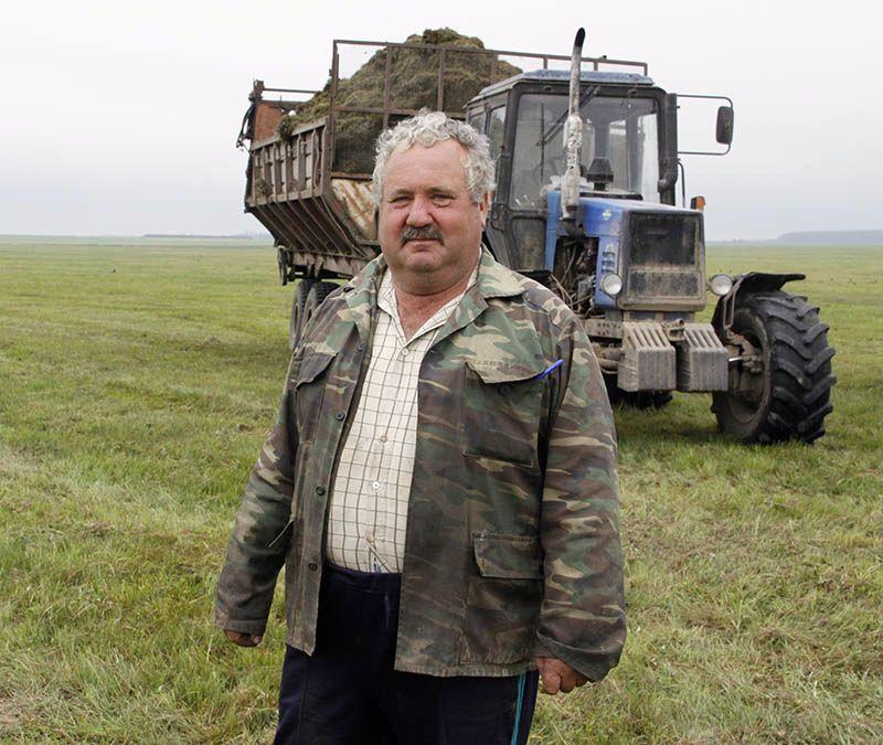 Виктор НОВИКОВ ударно трудится на отвозке сенажа в родном хозяйстве.