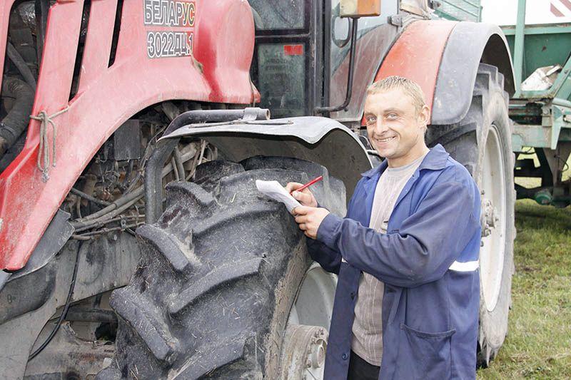 Механизатор Михаил ЗАЙЦЕВ трудится в хозяйстве  с 2005 года.