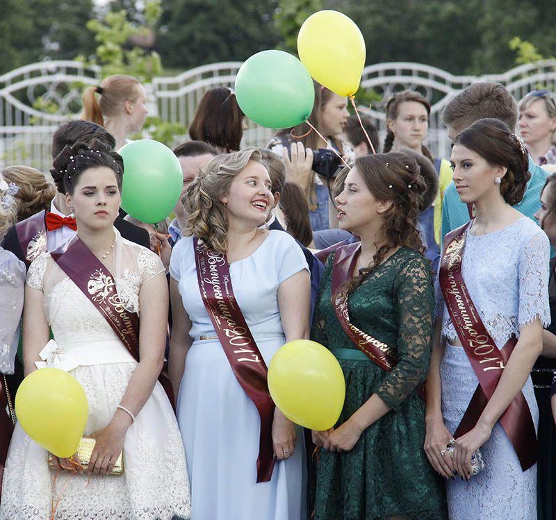 Выпускницы из СШ № 6 предстали на балу в романтических образах.