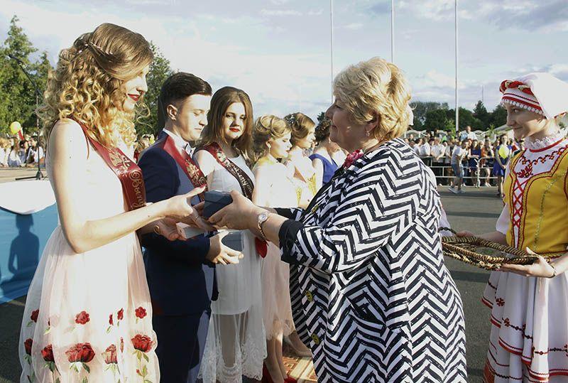 Валентина ГАНКОВИЧ вручила заслуженные медали лучшим выпускникам Рогачёвщины.