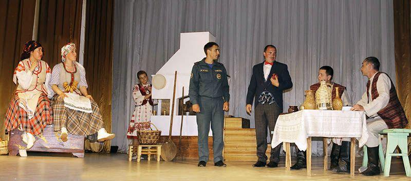 Сотрудники Рогачёвского РОЧС органично смотрелись на сцене  рядом с артистами народного театра.