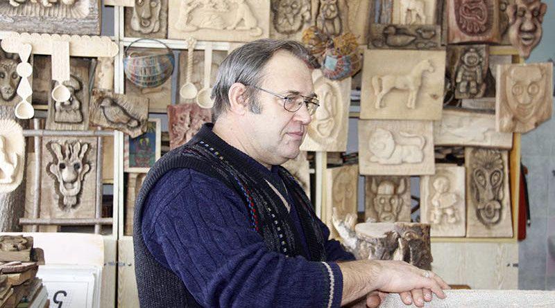 Николай Левков – болотнянский мастер резьбы по дереву.