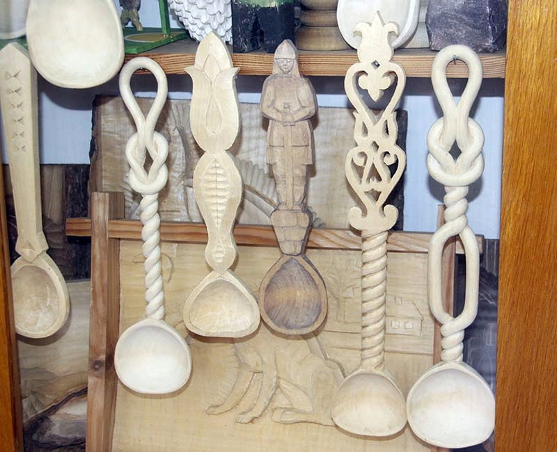 Деревянные ложки учеников Николая Левкова поражают  разнообразием форм и качеством исполнения.