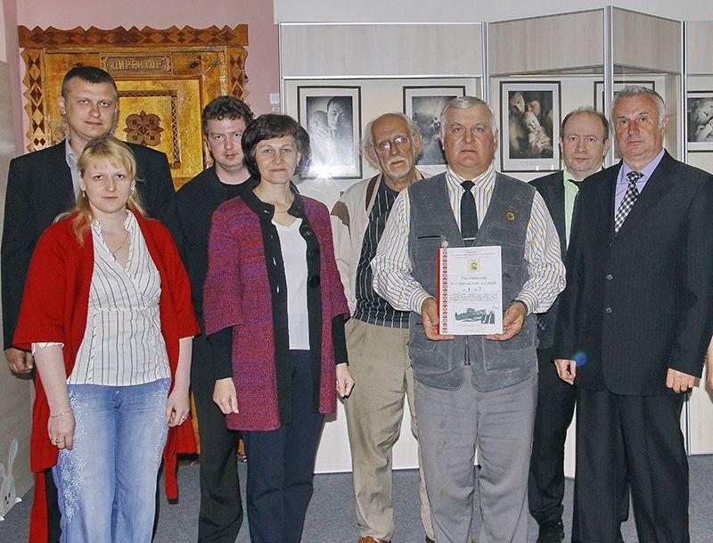 Михаил ОЛЬХА (третий справа) провёл презентацию краеведческого проекта в Музее народной славы.