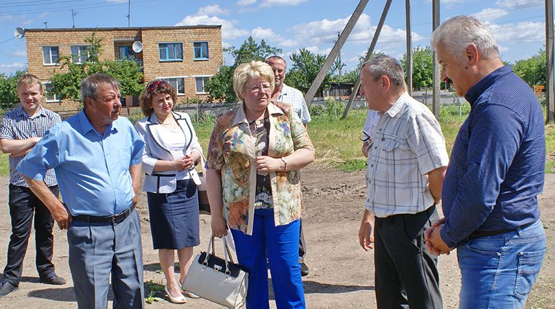 Начальник Тихиничского участка КЖЭУП «Рогачёв» Николай ПОТАПОВ (второй справа) рассказал депутатам о своей работе.