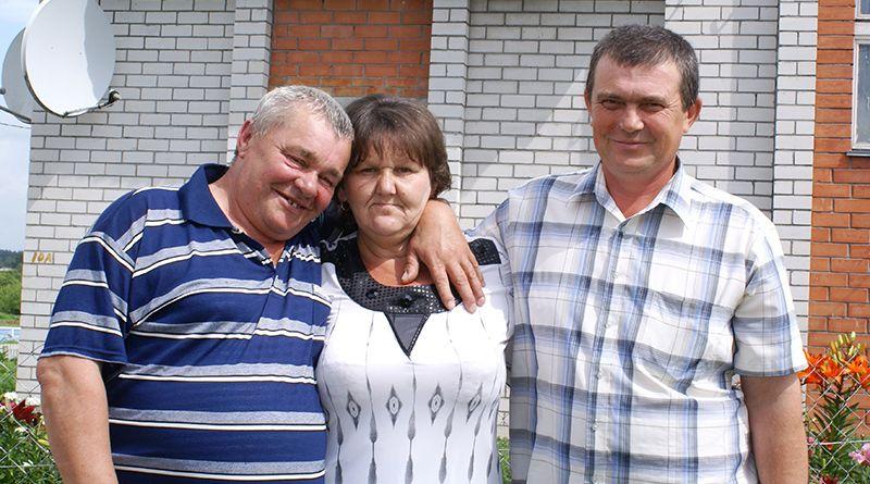 Галина КОВАЛЁВА с супругом Григорием (слева) и племянником Игорем ЛАВРЕНОВЫМ –  уже третье и четвёртое поколение аграрной династии.