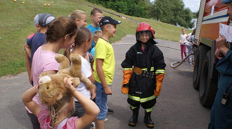 Одним из самых интересных конкурсов был этап «Экипировка», где ребята смогли нарядиться  в настоящих пожарных.