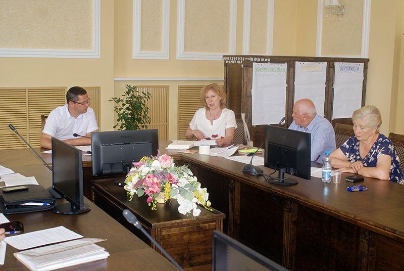 Участники встречи вместе с Ниной КЕКУХ (вторая слева) и Алексеем ЗАВИШЕВЫМ (первый слева)  проанализировали ситуацию в социальной сфере нашего района.
