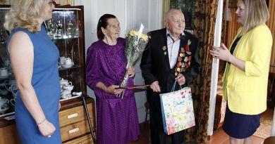 Михаил Егорович и Мария Ивановна Чоботовы были рады оказанному им вниманию со стороны районной администрации.