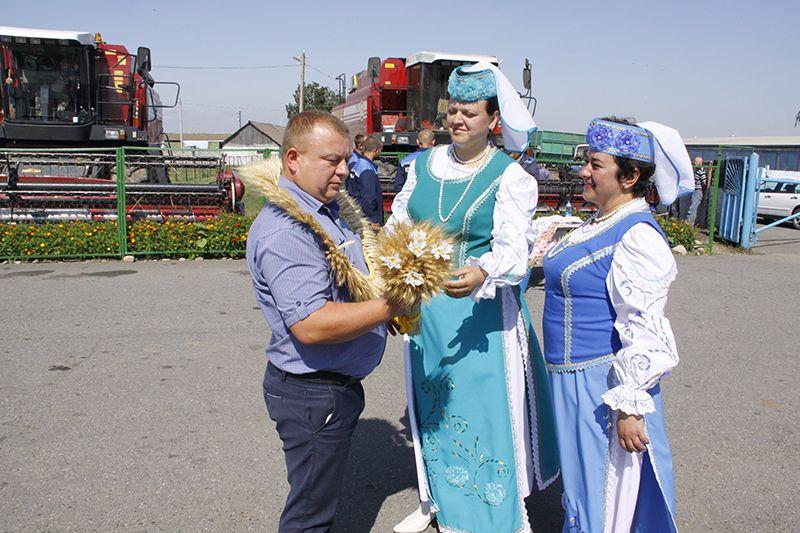 Первый зажиночный сноп вручили директору КСУП «Красная Армия»  Юрию ВАСИЛЬЦОВУ.
