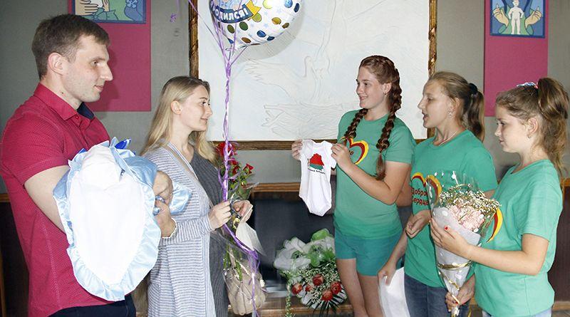 Малыш Юлии и Михаила получил оригинальный подарок от БРСМ.