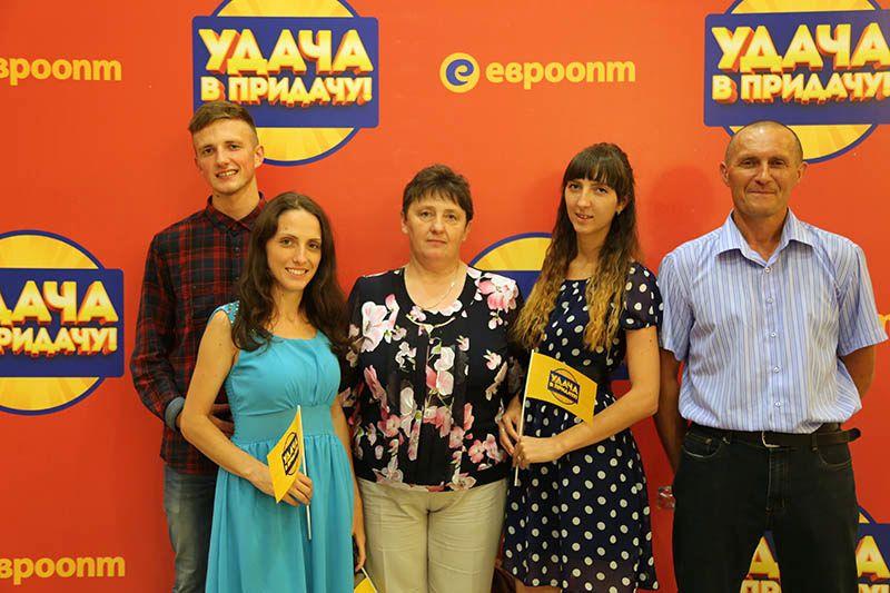 Жанна ШИШОВА (третья слева) и её семья поймали удачу за хвост.