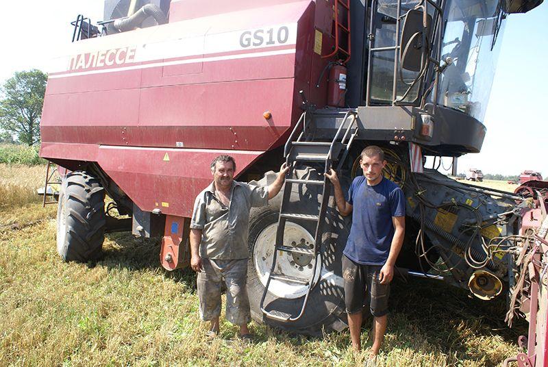 Комбайнер Виктор ПОПОВ (слева) и его помощник Михаил МАРКОВСКИЙ на КЗС-1018  убрали не один гектар зерновых.