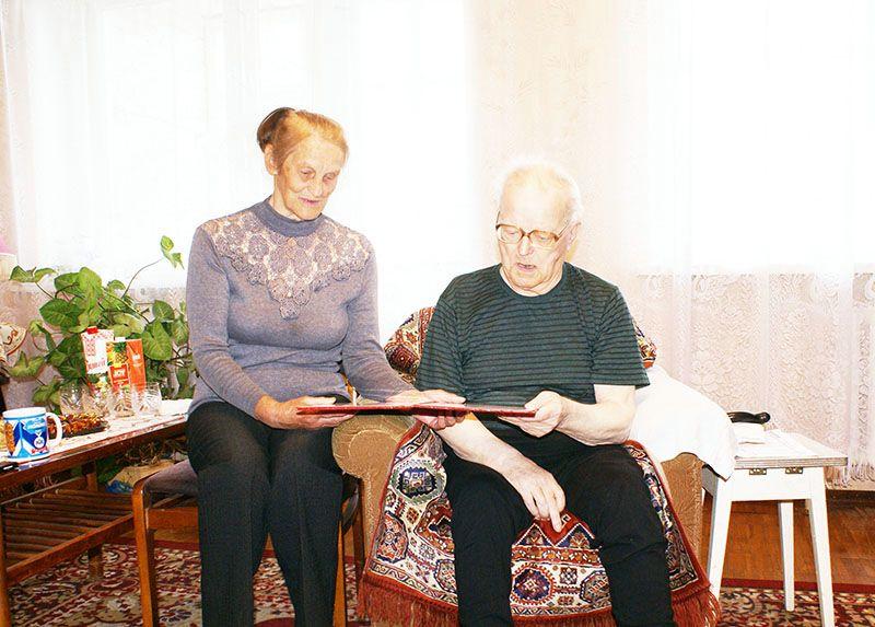 Всю свою трудовую жизнь супруги ЦАПЛИНЫ посвятили Рогачёвскому МКК, а потому внимание  со стороны руководства родного предприятия для них особенно приятно.