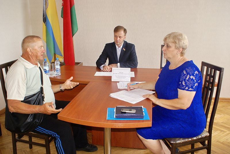 Депутат Владислав ЩЕПОВ (в центре) помогает рогачёвцам в решении их проблем.