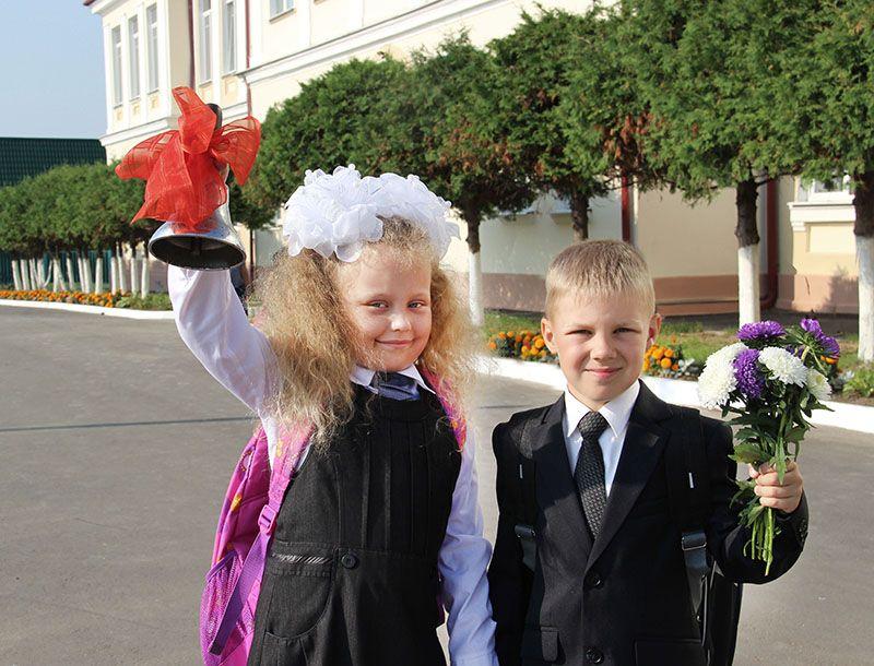 Первоклашек Катю СТОЛЯРОВУ и Лёшу БЫЧКОВА переполняют эмоции. У каждого в жизни бывает первый школьный праздник – а это так волнительно!