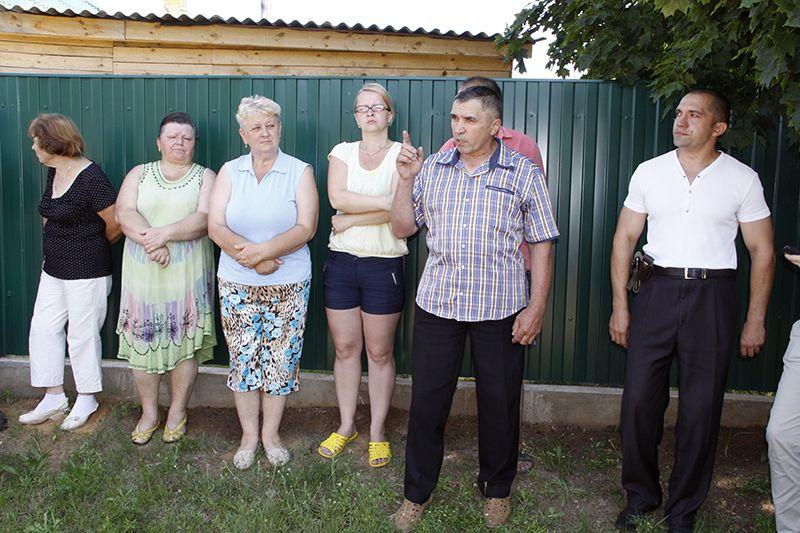 Михаил КОВАЛЁВ (в центре) от имени семьи пообещал пойти  навстречу многодетным родителям и установить забор.
