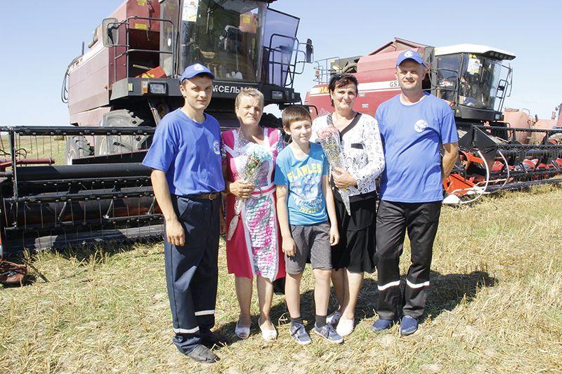 На награждение хлеборобов-тысячников Сергея ВОЛОДЬКИНА  (крайний слева) и Владимира АГАТИНА пришли поддержать их родные.
