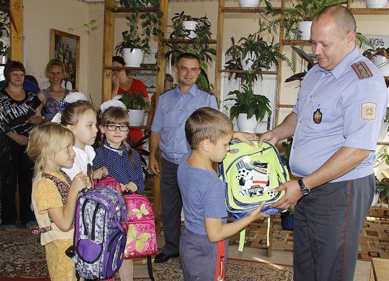 Олег СКАЧЕЛЯС (крайний справа) вручил новые ранцы будущим ученикам СШ № 6.