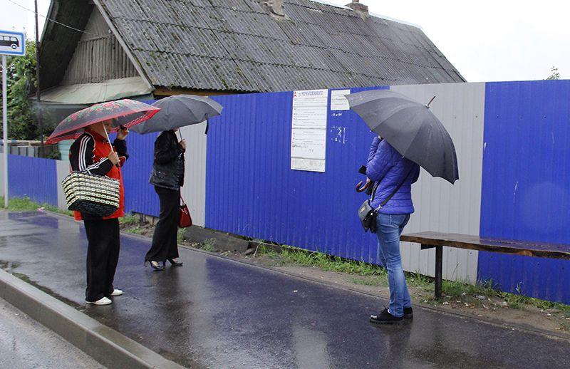 Рогачёвцам, ожидающим транспорт на остановке «Ул.Чернышевского»,  не позавидуешь.