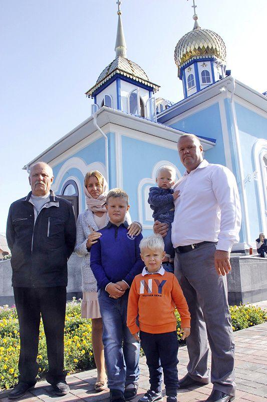 Александр КАЗАКОВ приехал на открытие  лучинской церкви с семьёй.