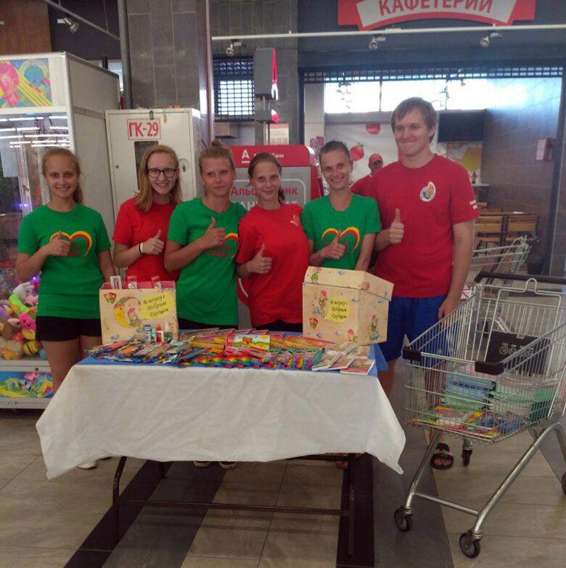 Активная молодёжь из СШ № 2 и студотряда КЖЭУП «Рогачёв» помогла детям из Городца подготовиться к школе.
