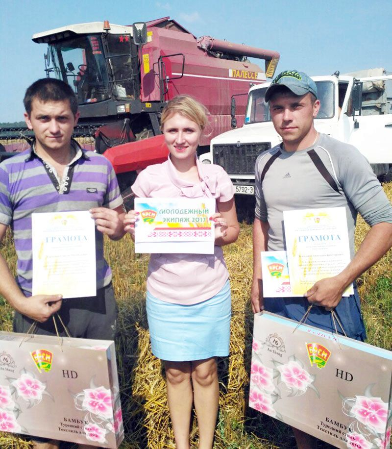 Марина РОЖКОВА вручила Сергею КОРПЕНКО (слева) и Андрею  КУЛЬМАНСКОМУ подарки от родного райкома.