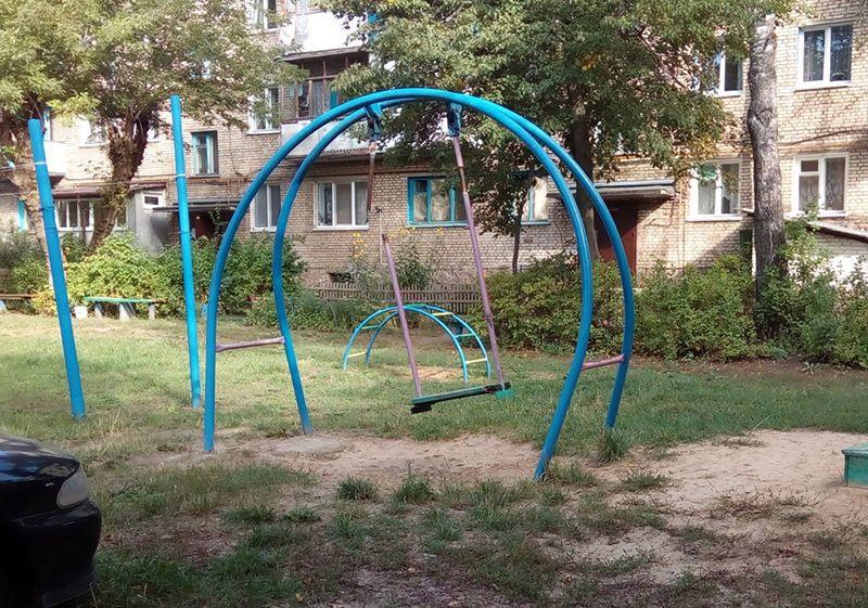 Картина «Детство ушло» во дворе дома №78 по ул. Ленина. А стоит ли возвращаться?  Кататься всё равно не на чем!