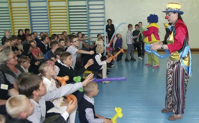 Клоуны Лёшик и Масяйка подарили детям настоящий праздник.