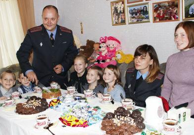 У приёмных детей из Рогачёва появились друзья в погонах
