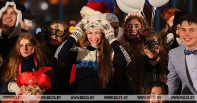 Дарья Домрачева и талисман Лесик сыграли в хоккей на празднике партнеров II Европейских игр